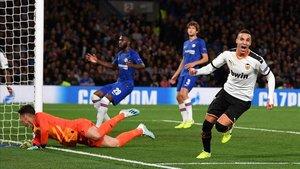 Rodrigo celebra el gol de la victoria ante un abatido Kepa