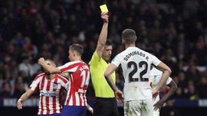 Soto Grado mostrando una tarjeta amarilla en el Atlético de Madrid-Granada del 8 de febrero de 2020 en el Wanda Metropolitano