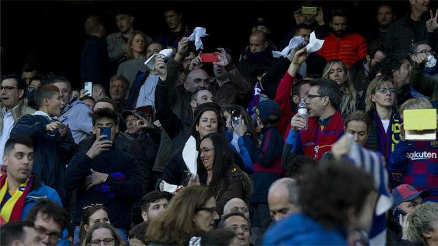Tímida pañola en el Camp Nou