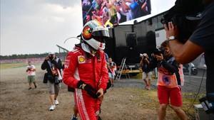 Vettel abandona cabizbajo la pista de Hockenheim
