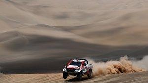 Nasser Al-Attiyah y su copiloto Matthieu Baumel durante la sexta etapa del Dakar.