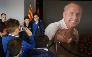 La afición homenajea a Cruyff