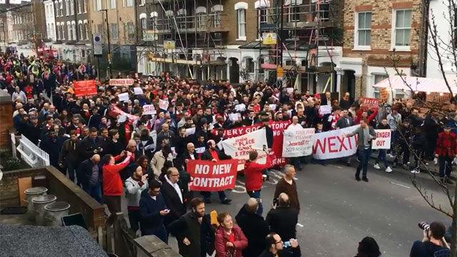 Aficionados del Arsenal piden a Wenger que se vaya