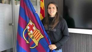 Andrea Pereira, nueva jugadora del Barça Femenino, posando con el escudo