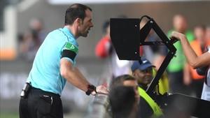 Con el VAR, los árbitros podrán consultar ellos mismos las imágenes si no les convencen las explicaciones de los asistentes de vídeo