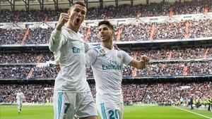 Cristiano Ronaldo celebra con Asensio uno de sus dos goles a un flojísimo Sevilla