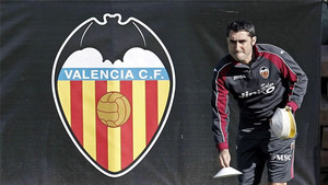Ernesto Valverde, en un entrenamiento surante su etapa como entrenador del Valencia en 2013