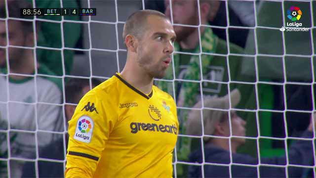 Esta es la cara que se le quedó a Pau tras la vaselina de Messi
