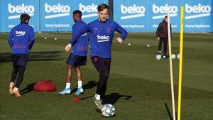 Ivan Rakitic se entrena con el Barça a las órdenes de Quique Setién