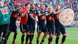 Javi Martínez celebra con Thiago y el resto de compñaeros la Bundesliga