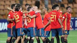 Los jugadores de la sub 19 española celebran el pase a la final del Europeo