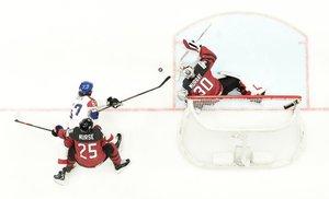 Matt Murray (R) desvía el disco del delantero Michael Frolik durante el partido de semifinales Canadá vs República Checa del Campeonato Mundial de Hockey sobre hielo IIHF 2019 de IIHF en Steel Arena en Bratislava, Eslovaquia.