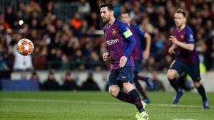 Messi anota de penalti el primer gol ante el Olympique