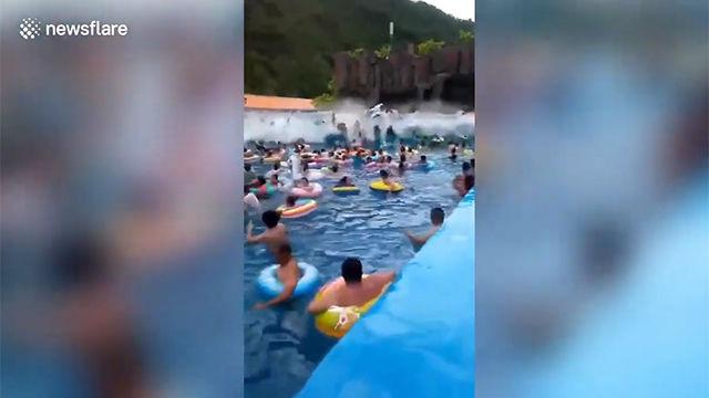 El momento del tsunami en una piscina en un parque acuático en China