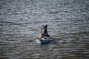 El pescador arroja su red de pesca en el canal de Suez, cerca de la ciudad de Ismailia, durante la Copa de África de África 2019 (CAN) en Egipto.