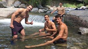Tras el trabajo llega la recompensa: baño en el río