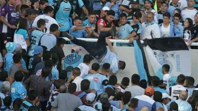 Ultras de Belgrano lanzan al vacío a un aficionado