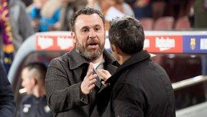 Valverde saluda a Sergio González antes del partido