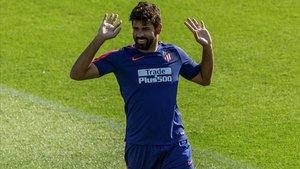 Costa, ejercitándose sobre el césped de la Ciudad Deportiva