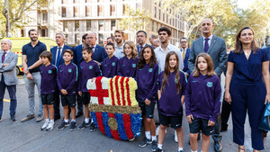 La delegación del FC Barcelona en la ofrenda floral a Casanova con motivo de la Diada de Catalunya
