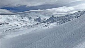 La estación, con nuevas pistas en el área de Veleta y Cauchiles, ofrece casi todo su desnivel esquiable
