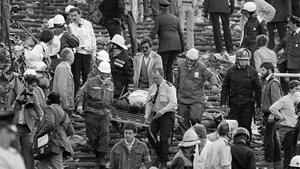 Evacuación de fallecidos y heridos en el estadio de Heysel tras la avalancha provocada por los hooligans del Liverpool