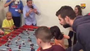 Gerard Piqué disputó una partida de futbolín con los niños