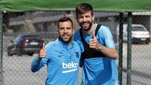 Jordi Alba y Gerard Piqué durante un entrenamiento del FC Barcelona