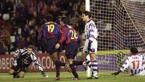 Kluivert y Xavi, autor del gol, corren a celebrar el tanto junto a Rivaldo. El brasileño, con un potente disparo, provocó el rechace del meta César y Xavi, atento, de cabeza, empujó el balón al fondo de la red