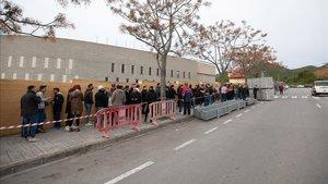 Largas colas para una entrada para ver al Barça