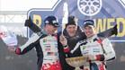 Latvala y su copiloto Anttila, con Makinen en el podio de Suecia