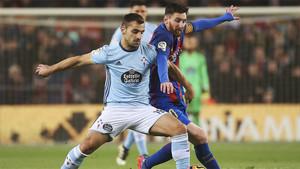 Leo Messi disputa el balón con el defensa del Celta Jonny Castro durante el Barça-Celta de la Liga 2016/17