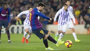 Leo Messi lanza el primero de los penaltis durante el Barça-Valladolid de LaLiga 2018/19