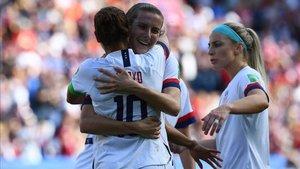 Lloyd se abraza a una compañera tras el gol