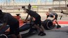 Los mecánicos de McLaren remolcando a Turvey al box
