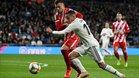Lucas Vázquez lucha por un balón con Granell