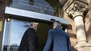 Òscar Grau (izquierda) y Albert Soler (de espaldas) llegan este martes a la sede del Departamente de Salut de la Generalitat para hablar sobre el Barça-Nápoles de la Champions 2019/20