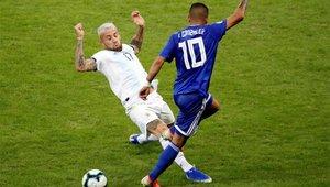 Otamendi, al corte de un balón en un partido de la Copa América 2019