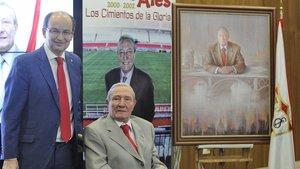 Roberto Alés (sentado) junto al actual presidente del Sevilla José Castro