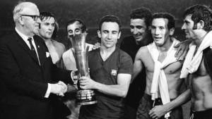 Sir Stanley Rous, presidente de la FIFA y hasta entonces miembro del Comité Ejecutivo de la Copa de Ferias, entregó al capitán del Barça, Joaquim Rifé, el trofeo. Detrás de los dos protagonistas aparecen Torres, Juan Carlos, Sadurní, Dueñas, el golea