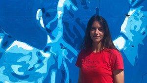 Aitana Bonmatí, posando delante del mural en que aparece reflejada, en los alrededores del estadi Johan Cruyff