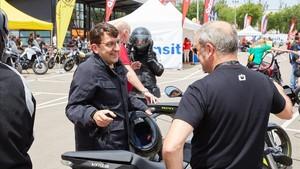 Albert Balanzà, responsable del Servei Català de Tránsit se interesó por las motos eléctricas