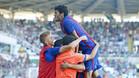 Carles Aleñá festeja con sus compañeros un triunfo que pone pie y medio en Segunda A