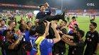 Carles Cuadrat, manteado por los jugadores del Bengaluru