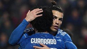 Cristiano Ronaldo y Cuadrado se abrazan en un duelo del pasado curso
