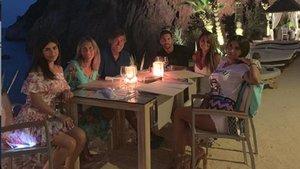 Leo Messi (centro) apura sus vacaciones en Ibiza conunos amigos