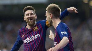 Leo Messi felicita a Rakitic en el gol que deja al Real Madrid fuera de la Liga