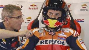 Lorenzo, pensativo en el box de Repsol Honda