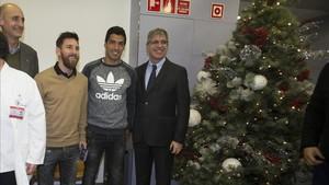 Luis Suárez, junto a messi y los directivos del Barça visitando un hospital