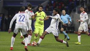 Luis Suárez se topó con la defensa del Olympique Lyon